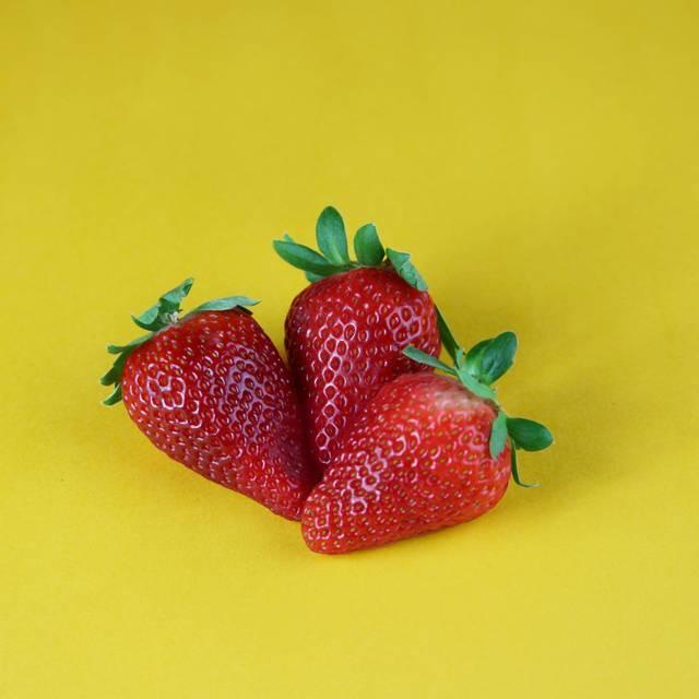 Escolha os não muito grandes (não são tão saborosos) e de cor vermelha forte, sem manchas ou partes amolecidas. O talo e as folhas do morango devem estar firmes e brilhantes. Sempre escolha os mais perfumados. Trata-se de uma fruta delicada, portanto deve ser tocada o mínimo possível. Quando comprados em caixinhas, tente verificar o estado dos morangos das camadas inferiores. Para obter o melhor sabor, não lave os morangos até o momento de consumir. A umidade é um dos principais inimigos de um bom morango.