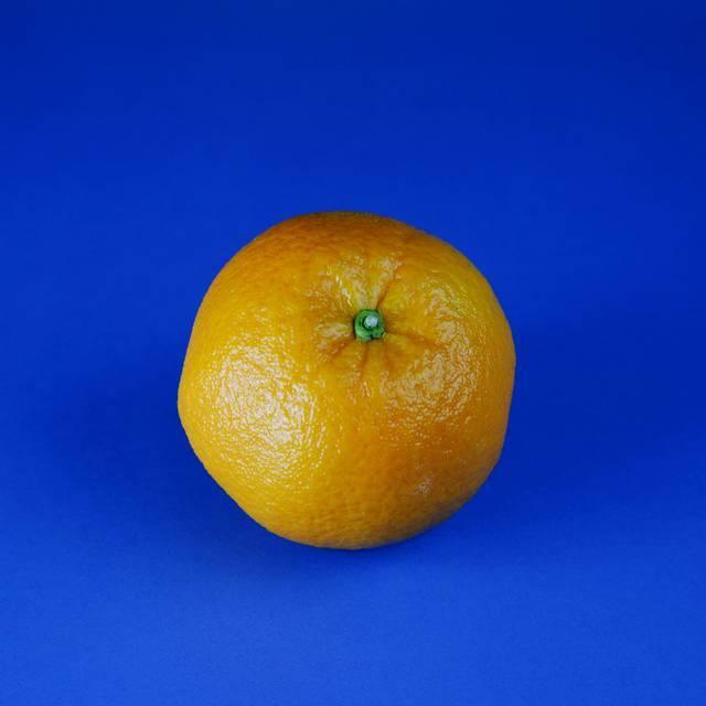 Prefira as mais firmes e pesadas, pois têm mais suco. As variedades de laranjas que têm casca lisa e fina são mais suculentas. A cor da casca (verde ou laranja) não indica, necessariamente,  maturação, mas se estiver muito alaranjada, pode ser que esteja velha.
