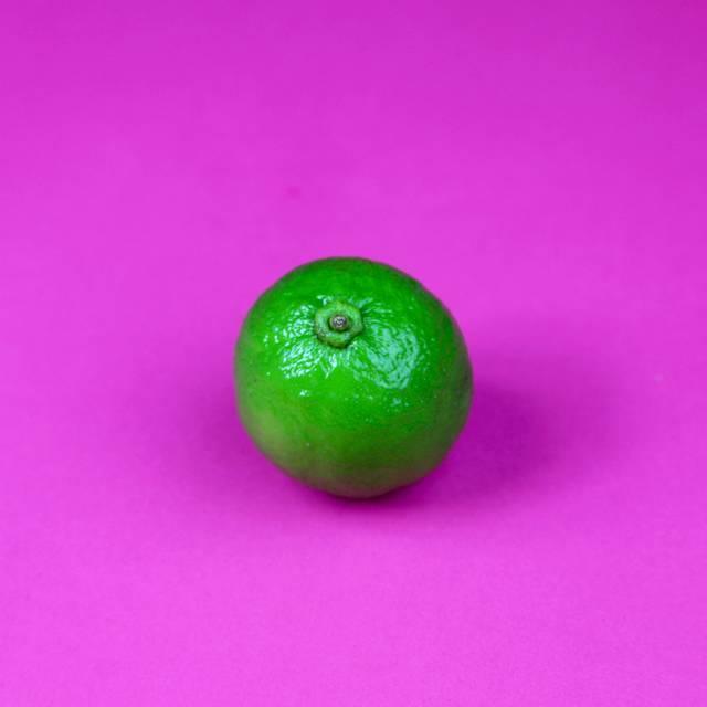 Os de casca lisa e brilhante têm mais suco. Escurecimento ou enrugamento da casca indicam que o limão está velho e desidratado. Fora do pé, limões não amadurecem tão facilmente; então melhor comprá-los maduros.