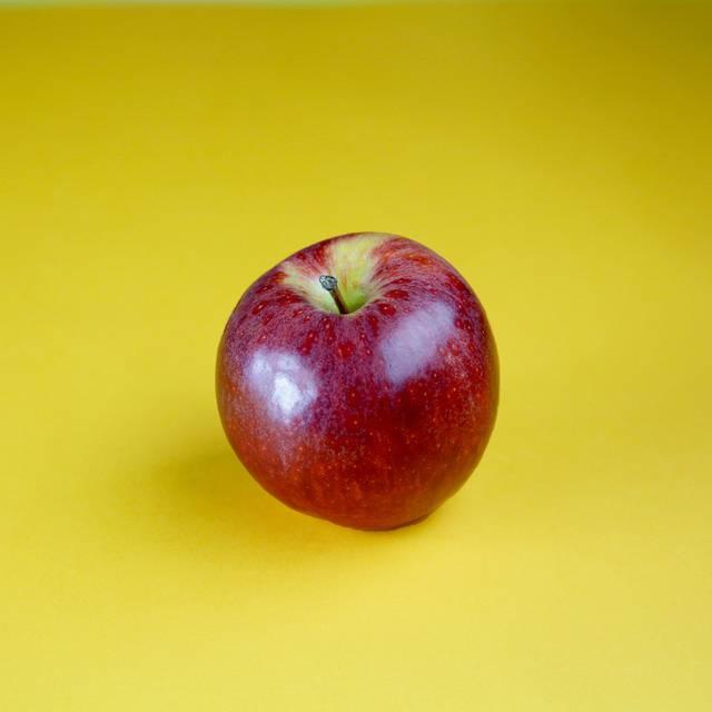 """Prefira as maçãs de cor viva, firmes e pesadas em relação ao tamanho. A casca deve ser lisa, sem depressões. Pegue a fruta e sinta se existem pontos moles por debaixo da casca, o que pode indicar batidas. Tais """"machucados"""" fazem a fruta liberar uma enzima (polifenol oxidase) que escurece a maçã e altera seu sabor. Se você gosta de maçãs mais doces, dê preferência às mais vermelhas. As maçãs de forma mais arredondada tendem a ser mais doces do que as variedades que são mais """"altas"""". As maçãs do tipo """"Argentina"""", ou seja, de coloração vermelha forte e escura tendem a serem mais """"arenosas"""" do que crocantes, característica presente nas variedades de coloração vermelha mais sutil."""
