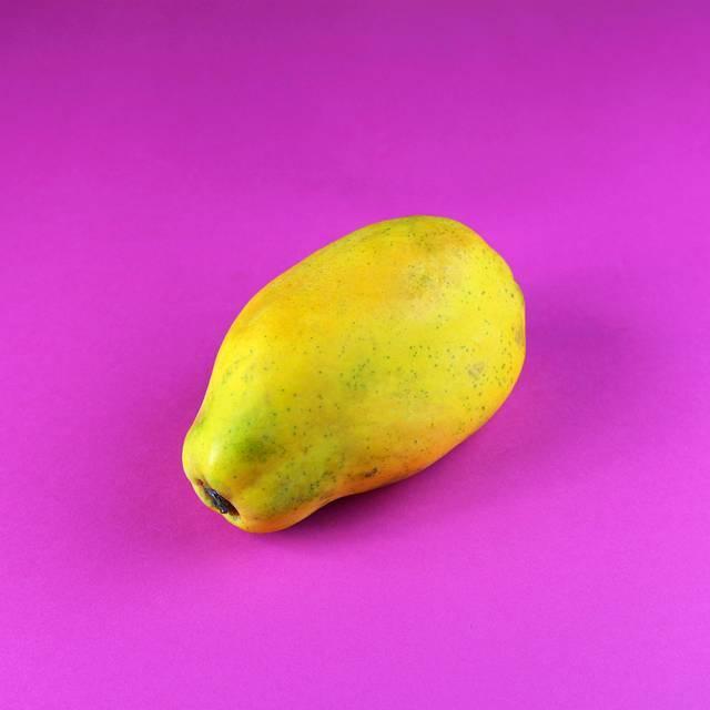 Evite comprar se a fruta estiver com muitas manchas escuras. Prefira mamão (seja do tipo Papaya ou Formosa) com tons amarelados e alaranjados, o que significa que ele está no ponto. Aperte o mamão suavemente. Ele vai ceder um pouco se estiver maduro. Cheire a fruta na base onde a haste ficava anexada. Você deve ser capaz de sentir o aroma forte do mamão.