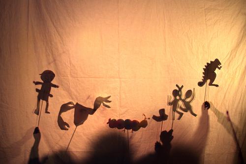 Teatro de sombras é um ótimo estímulo para a imaginação.