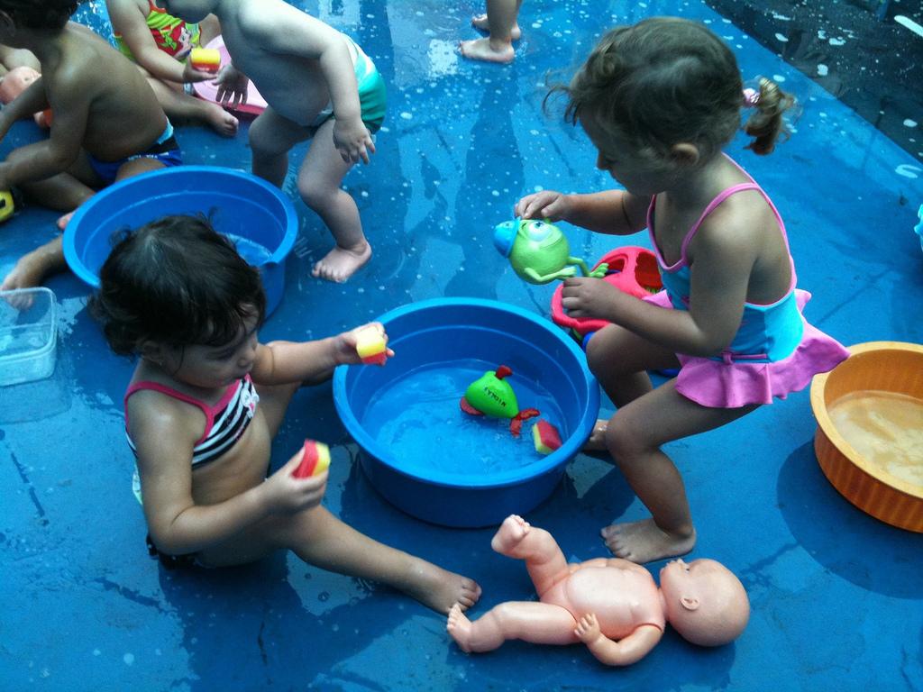 Um convite para  compartilhar o jeito que cada um brinca e se diverte no mês das crianças.