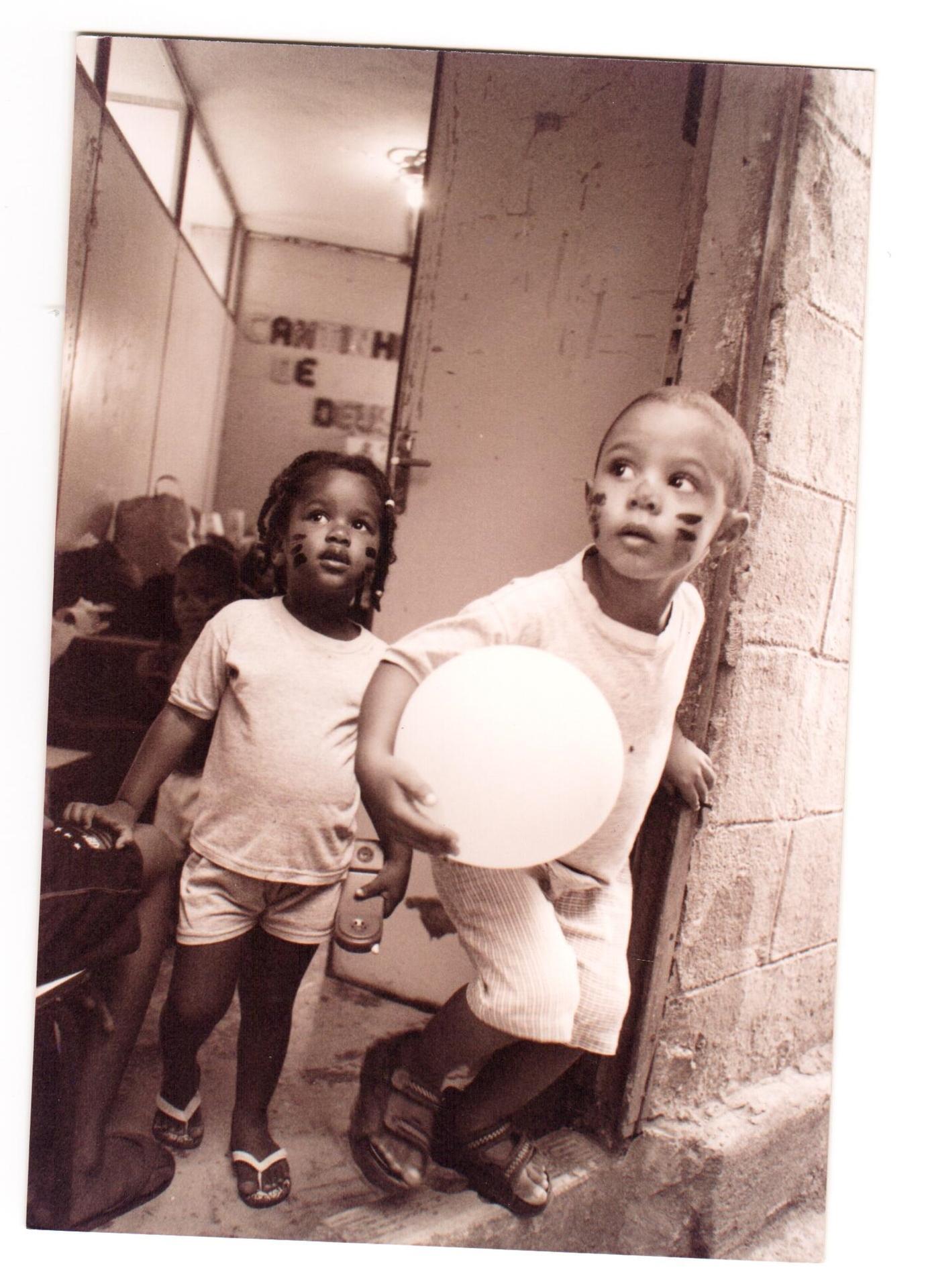 As fotos contam a história da fundação de creches comunitárias da Rocinha e Cantagalo, erguidas pelos próprios moradores. Hoje, as creches oferecem cuidado e educação e para mais de 600 crianças de até seis anos.
