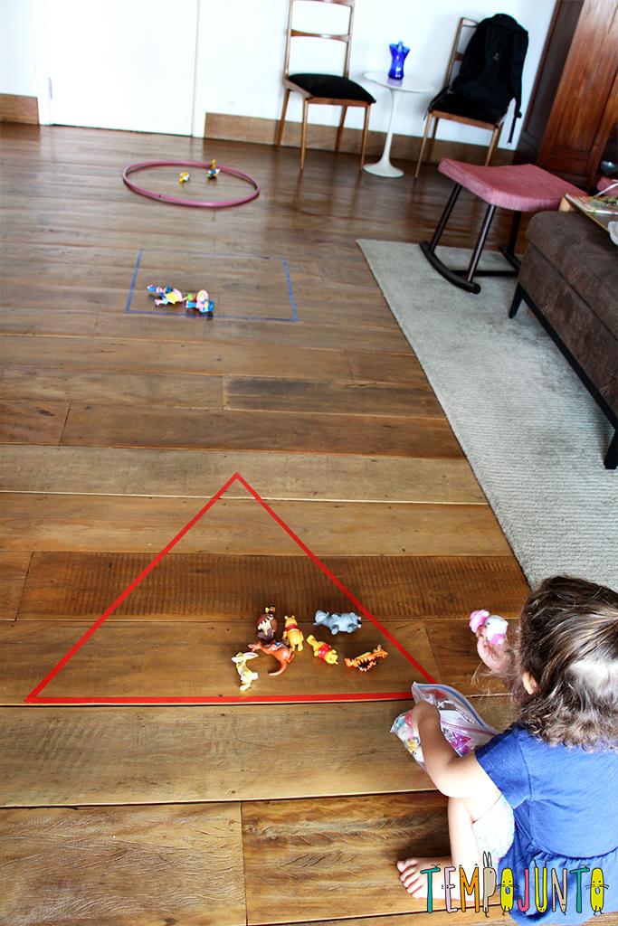 Formas geométricas no chão.
