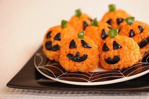 Cozinhe o arroz com cenoura para que fique laranja. Faça uma bolinha e acrescente uma folha verde para criar a carinha. Fica uma delícia e com efeito superdivertido.