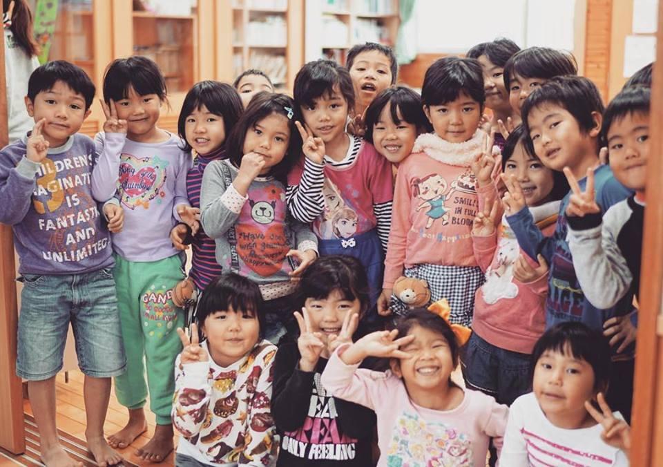 """Okinawa, no Japão, foi um dos lugares por onde o projeto passou e que trouxe uma nova perspectiva para uma realidade que julgavam conhecer. """"Lá, Os professores têm respeito, têm um lugar de destaque, mas não têm voz"""", contam."""