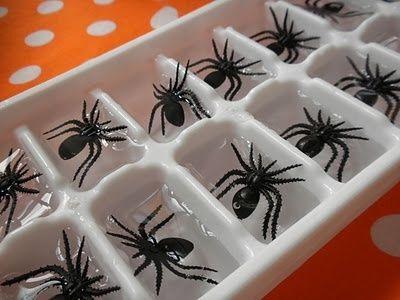 Acrescente aranhas de plástico (não esqueça de lavar bem antes) na forma de gelo para fazer esses cubos de arrepiar.