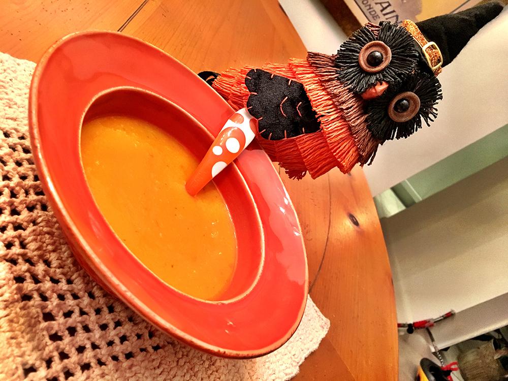 Neste prato, o principal ingrediente é a criatividade: dá para servir dentro de uma abóbora estilizada ou em um prato decorado com elementos temáticos, como este.