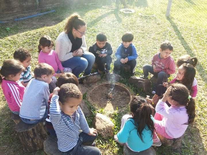 Materiais não estruturados como madeiras (toquinhos, tábuas, tocos maiores), tecidos, porongos, cascas, sementes favorecem o potencial criativo das criança.
