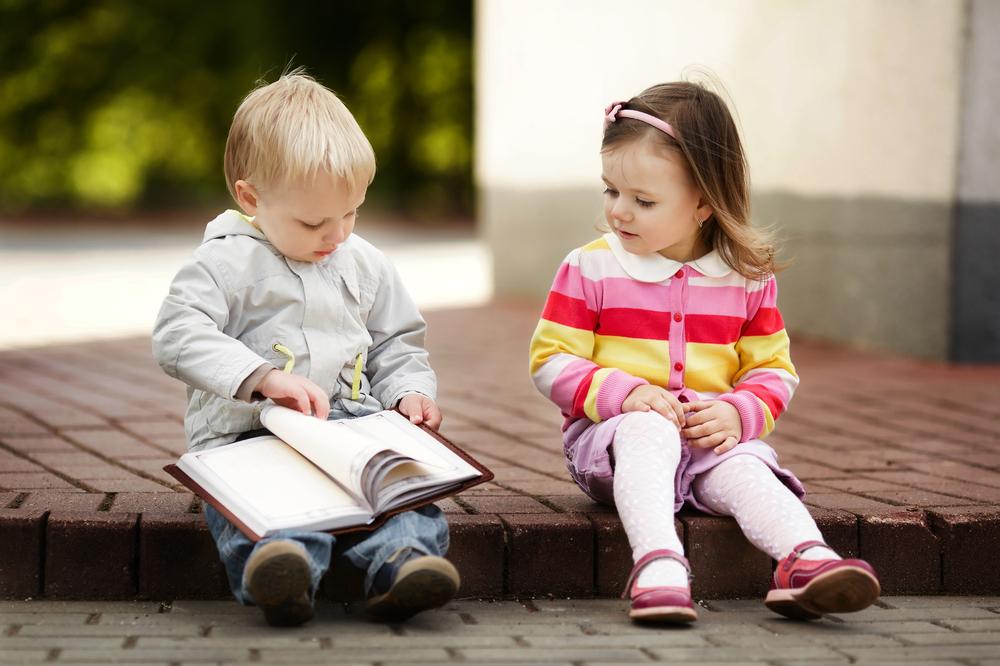 A curiosidade pelos livros pode começar já na primeira infância.
