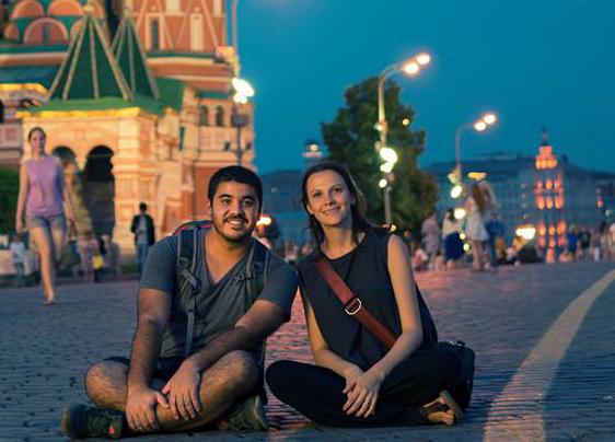 """""""Queríamos trazer algo de novo para a educação brasileira e sair pelo mundo 'caçando' isso"""", explica o casal Juliana Ferrari e Vinicius Matsuei."""