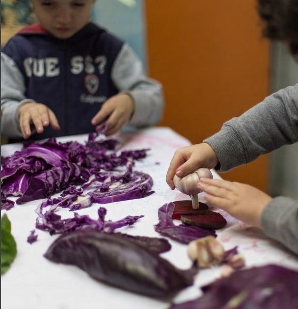 Enxergar a escola como um grande ateliê, onde a criança pode construir e desconstruir significados e experiências.