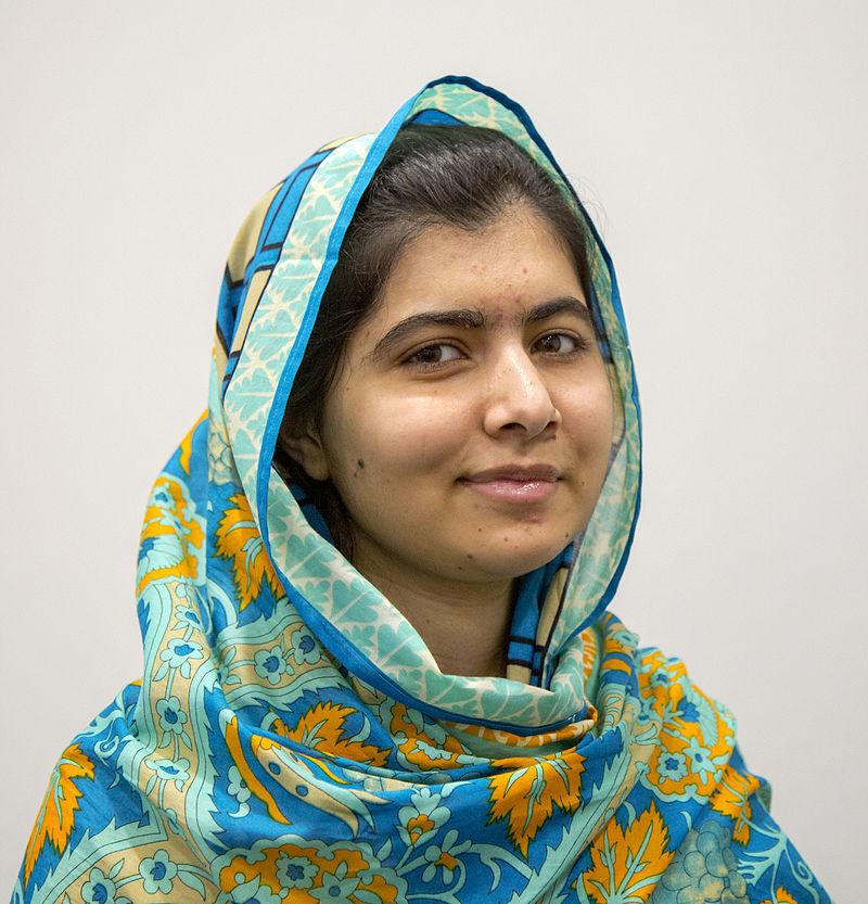 Malala Yousafzai, ganhadora do Prêmio Nobel da Paz em reconhecimento à sua luta pelos direitos humanos das mulheres e pelo acesso à educação na sua região natal no Paquistão, onde jovens meninas são impedidas de frequentar a escola.