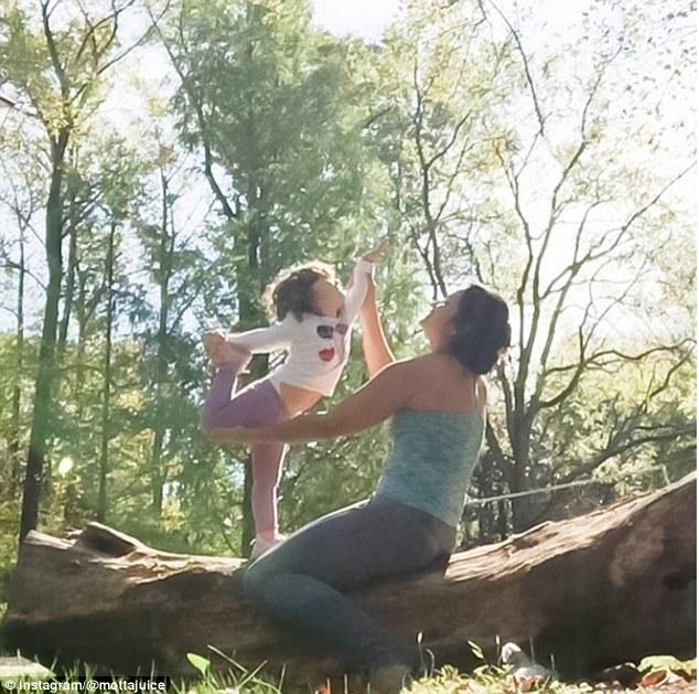 video_de_mae_amamentando_bebe_em_posicao_de_yoga_gera_polemica_3