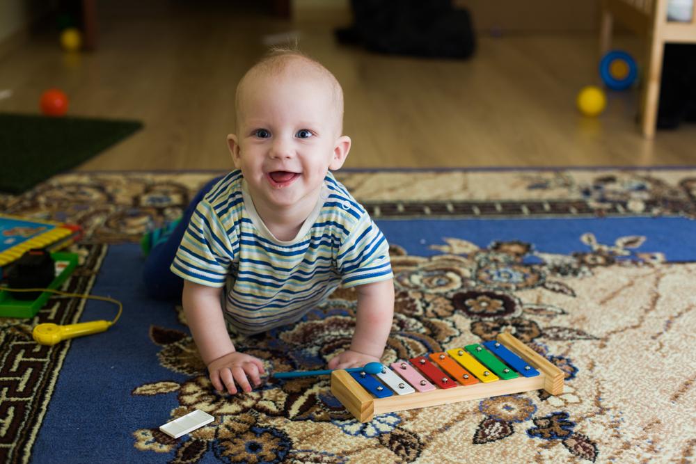 A atividade é indicada para o bebês de até 3 anos, e tem o objetivo de desenvolver a exploração corporal e dos sons.