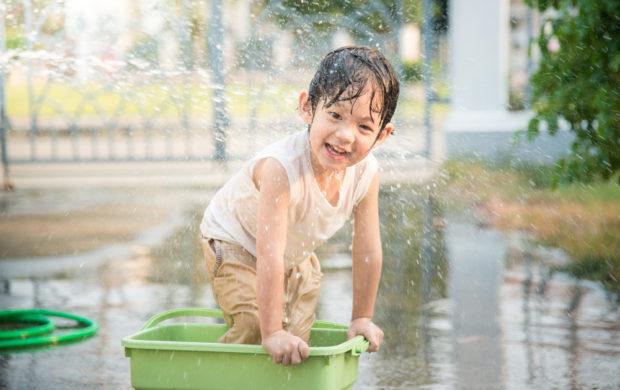 Brincar com água: contato com os elementos naturais e 'descanso' dos brinquedos prontos.