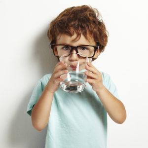 crianca_agua_ferias