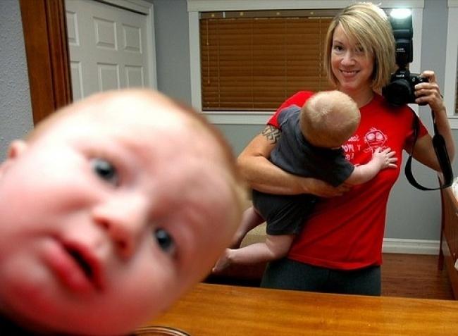 Este bebê que sabia muito bem que tinha algo errado com a selfie da mãe.