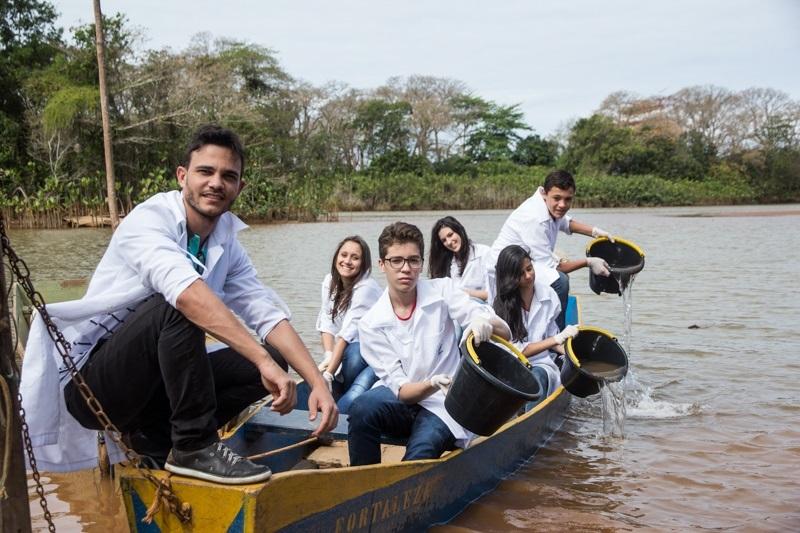 Professor Wemerson levou os alunos até o Rio Doce para coletar e analisar a água poluída.