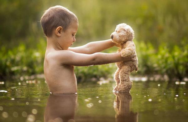 As fotos têm como principal ingrediente a espontaneidade das crianças e o olhar sensível do pai para o brincar livre, sem intervenções dos adultos, ou poses forçadas.