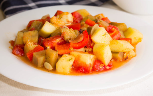 O prato leva uma grande variedade de legumes para colorir o prato dos pequenos com muitas vitaminas.