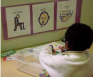 """Orientações que podem ser colocadas na mesa das crianças facilitam o entendimento do próximo passo a seguir: """"sente na cadeira"""", """"não faça barulho"""" ou """"lave as mãos"""" são algumas delas."""