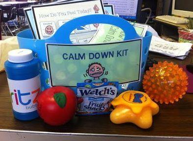 Cestinha com brinquedos sensoriais que a criança pode usar para se acalmar.