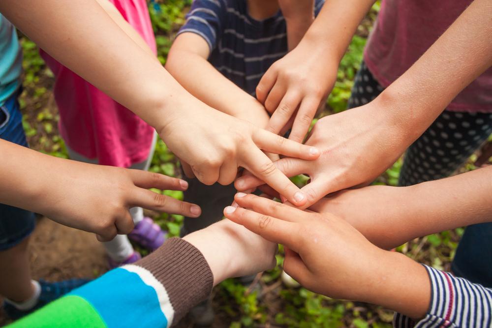 """Brincadeiras simples, como """"Pedra, Papel e Tesoura"""", sempre fazem sucesso com as crianças."""