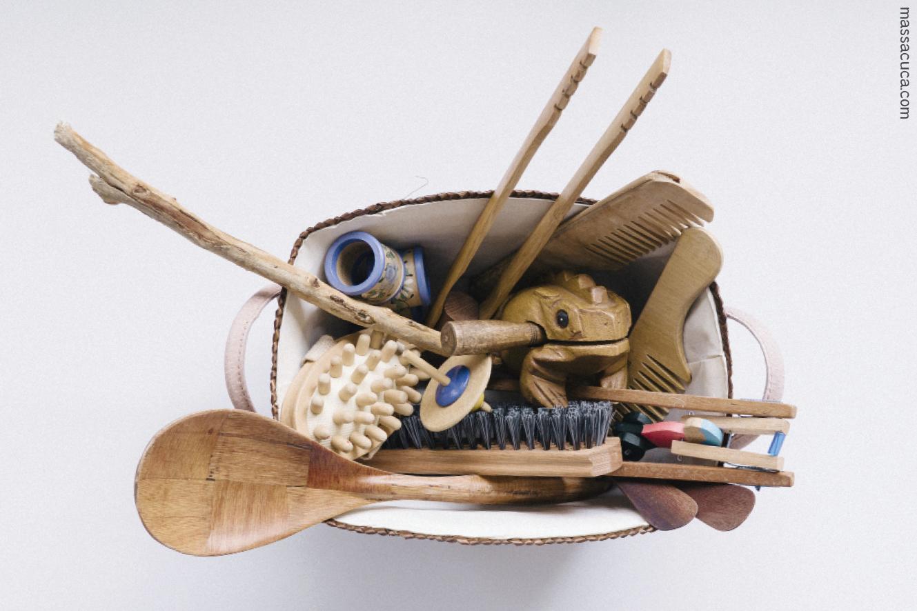 Cesta de tesouros cheia de objetos de madeira é uma brincadeira que estimula o aprendizado.