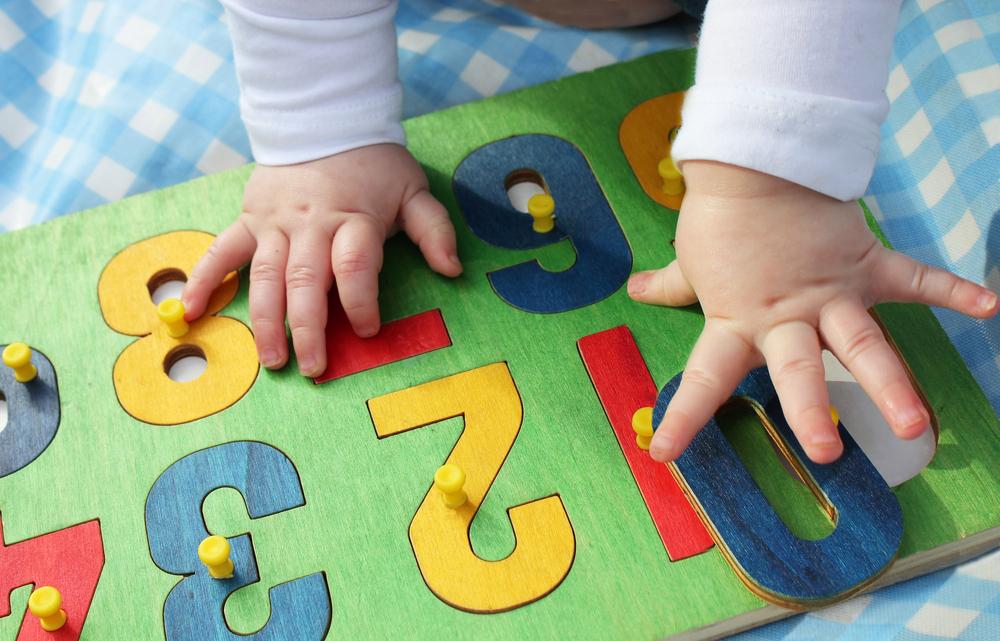 """Para a professora, """"ensinar letras, números e inglês na Educação Infantil é querer inserir a criança no mundo adulto o mais rápido possível""""."""