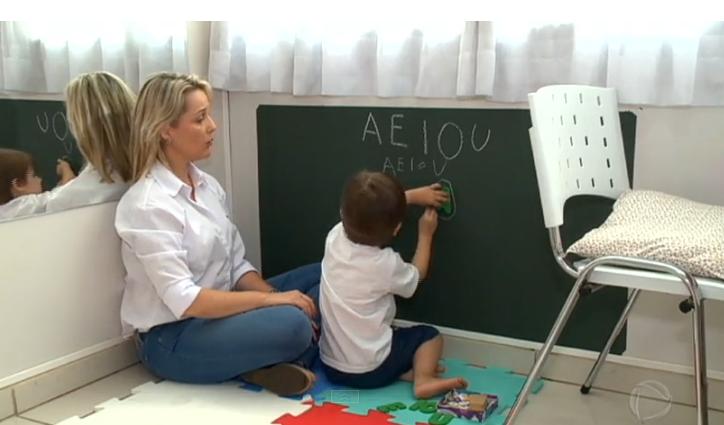 A comunicação é de importância fundamental para o desenvolvimento de qualquer criança. No caso do autismo, é preciso incentivar as formas de linguagem que são mais familiares e acessíveis para a criança.