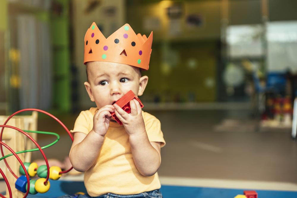 """0ded1b8fb63c4 """"A brincadeira é a forma de a criança ser e estar no mundo. Ela usa os  objetos com um sentido bem especial, primeiro ela quer saber o que é, e  pega, ..."""