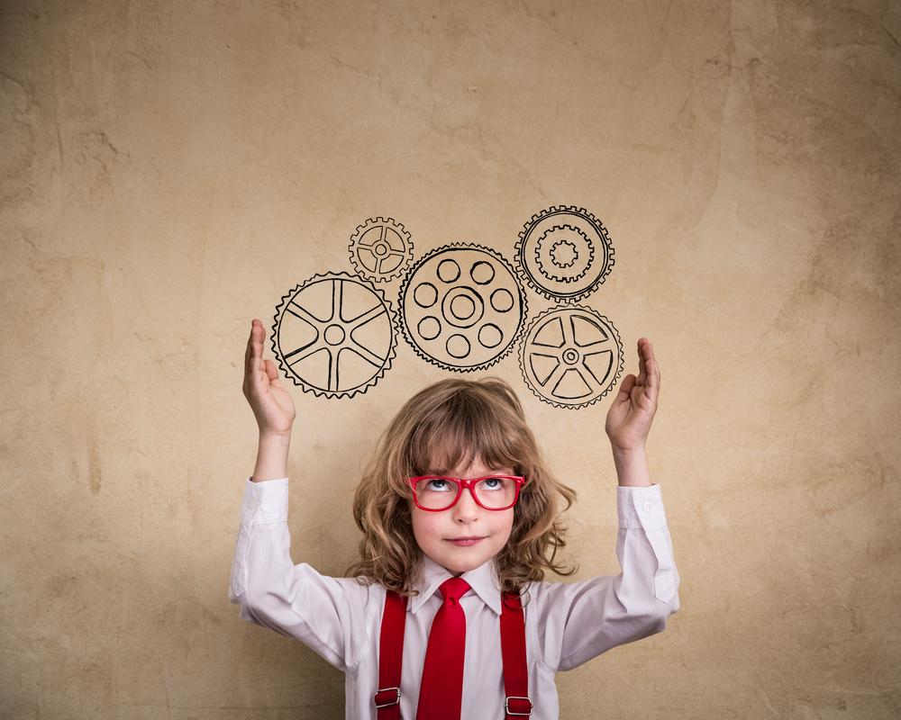 """""""Uma criança que não faz nenhuma atividade fora da escola, não é uma criança atrasada, pelo contrário: é uma criança que consegue, através da brincadeira, suprir suas demandas físicas e afetivas"""", diz a especialista"""