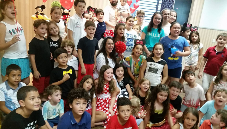 A cerimônia foi pensada especialmente para incluir os pequenos, com músicas infantis e decoração colorida, e com temas que eles gostam.