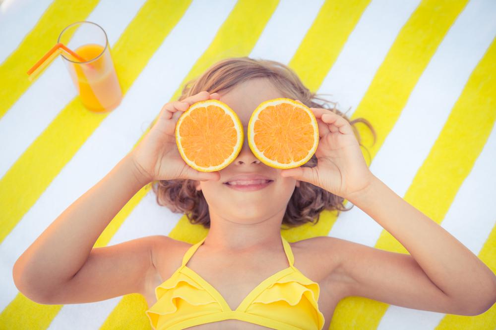 Os sucos naturais, preparados no momento de consumo e sem adição de açúcar, são uma ótima pedida para que as crianças se refresquem e, de quebra, provem novos sabores.