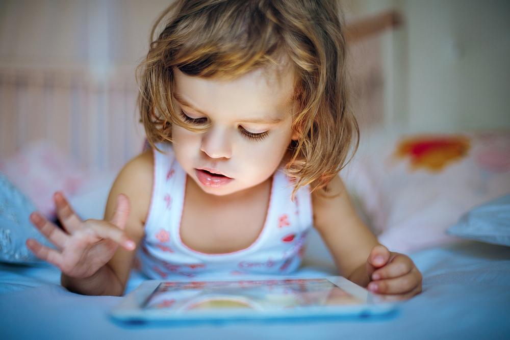 A pesquisa indica que o nível da comunicação das crianças é diretamente afetado quando brincam com eletrônicos.