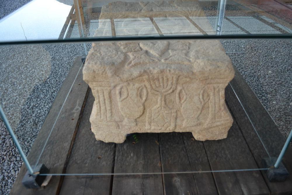 A pedra com desenhos entalhados de um menorá