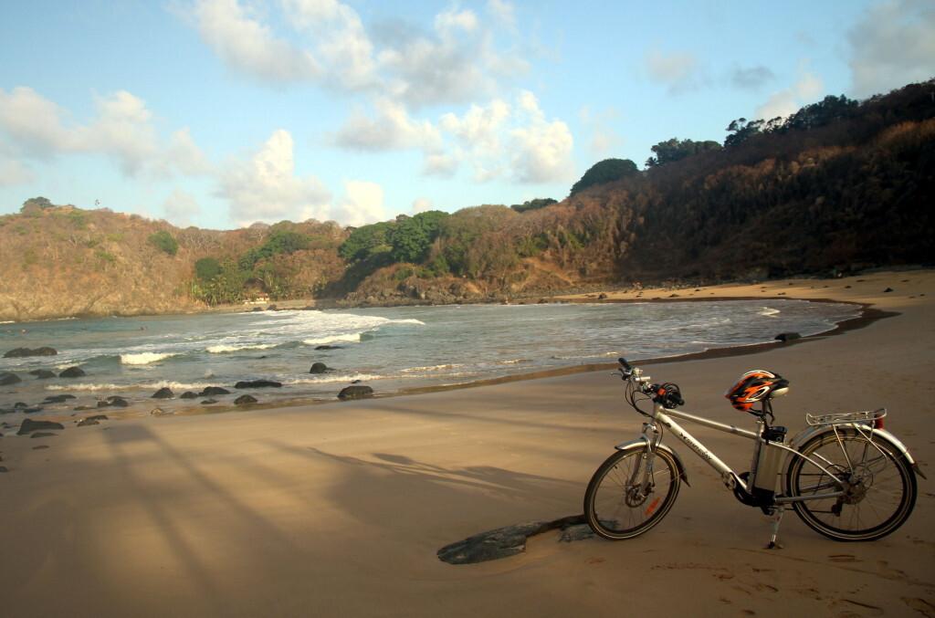 Bicicleta elétrica na Praia do Meio, em Fernando de Noronha