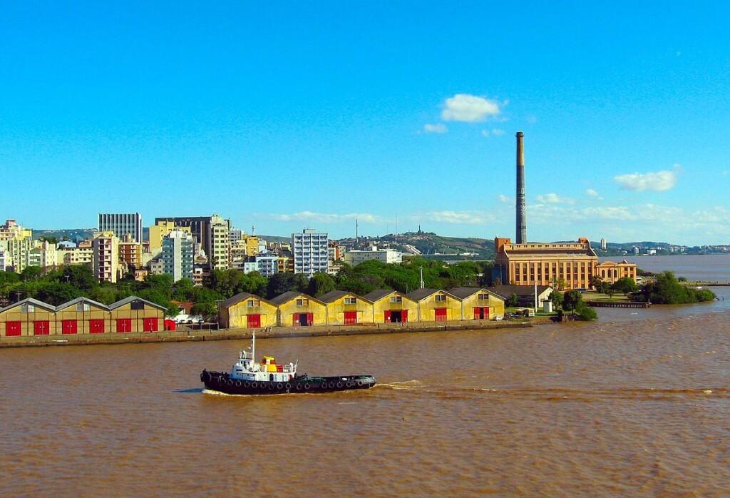 Rio Guaíba com o porto e a Usina do Gasômetro ao fundo