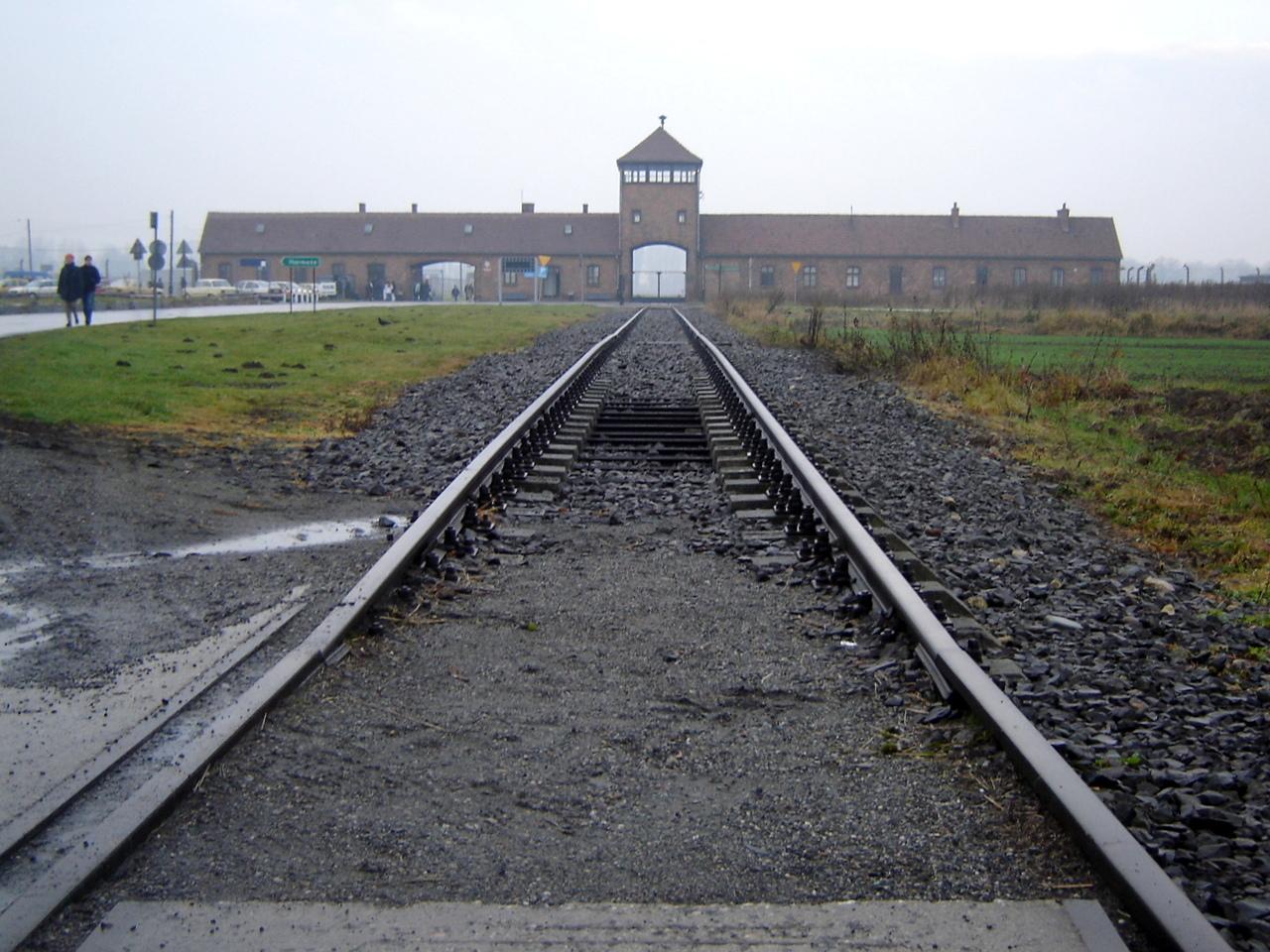 A emblemática entrada do campo Auschwitz-Birkenau