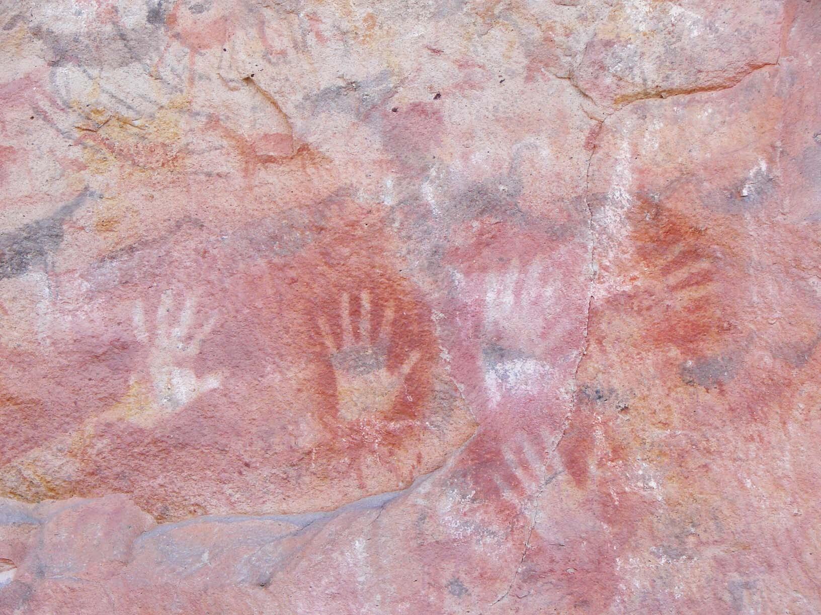 Em diferentes cores, a pintura das mãos dessa caverna têm mais de 9 mil anos