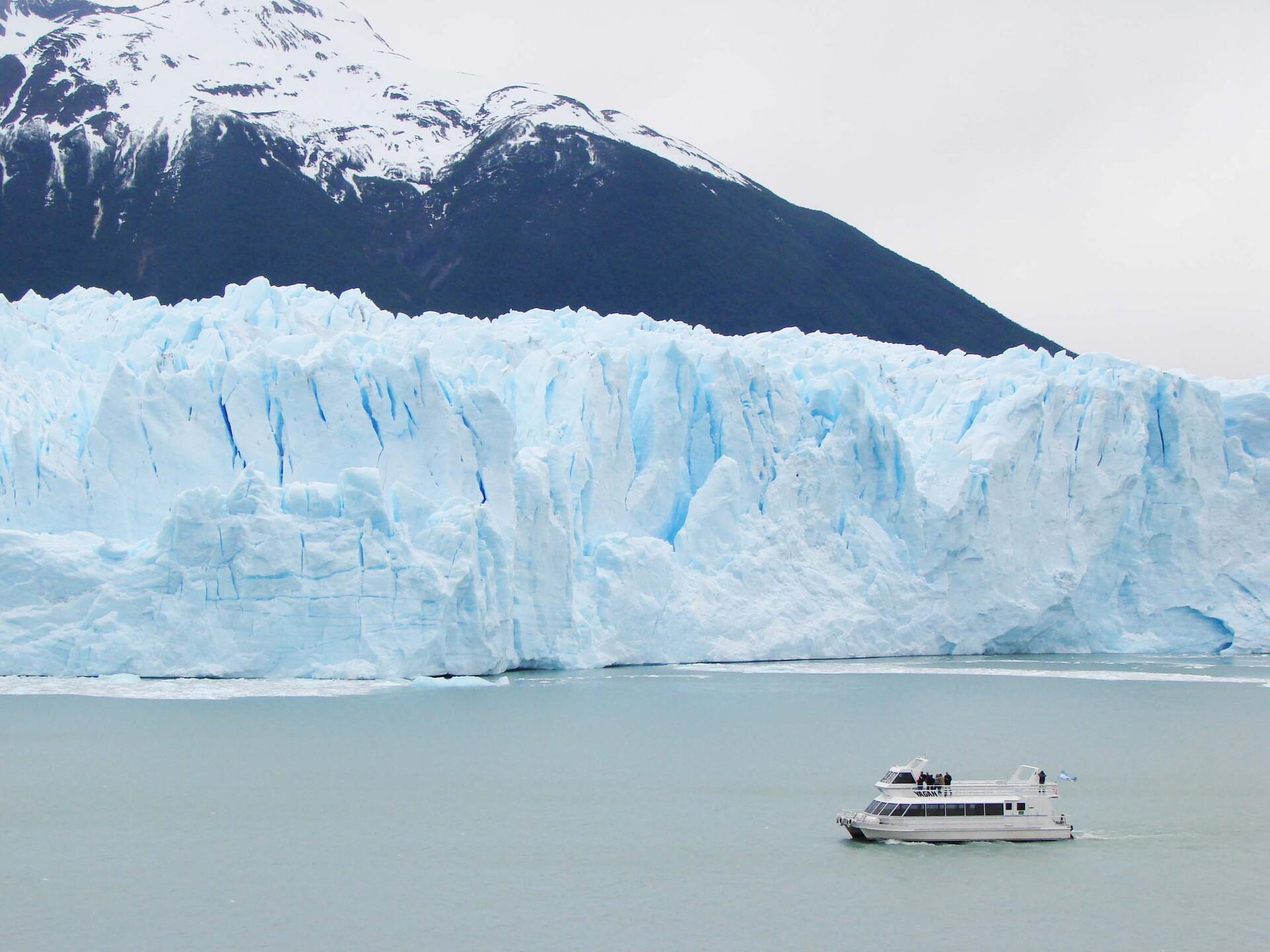 É impressionante ver os paredões de gelo desprenderem-se e cair nas águas