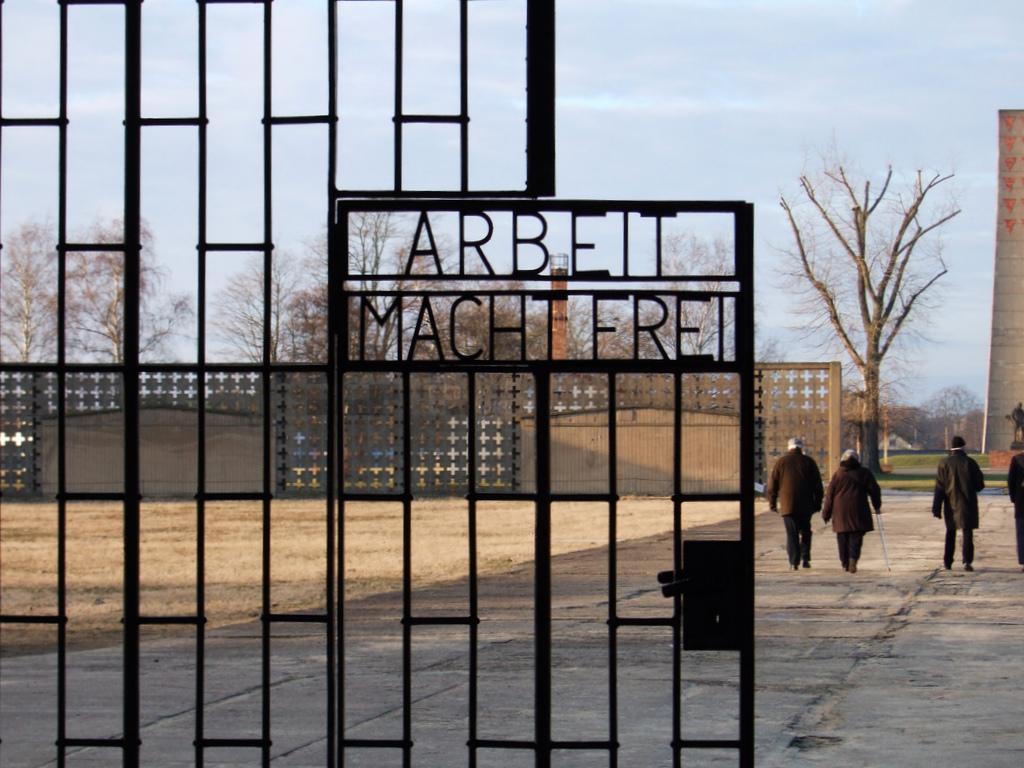 """""""Arbeit macht frei"""", """"o trabalho liberta"""", frase regularmente usada  na entrada de vários campos de concentração"""