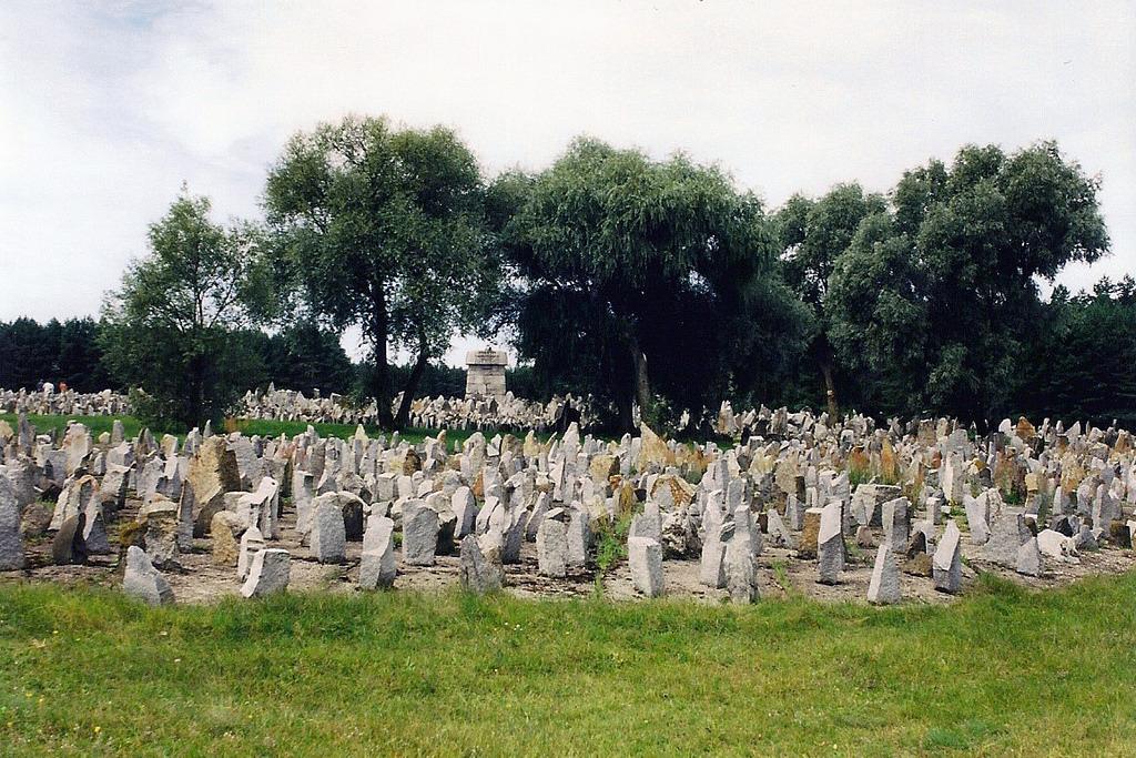 Pedras formam memorial em homenagem às vítimas
