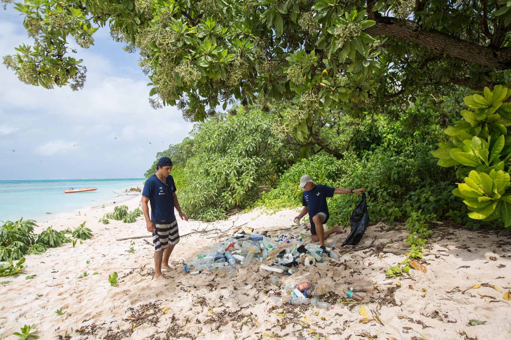Em sua passagem pela ilha West Fayu, a família Schurmann, pode constatar os efeitos devastadores do plástico. Foto: Divulgação.