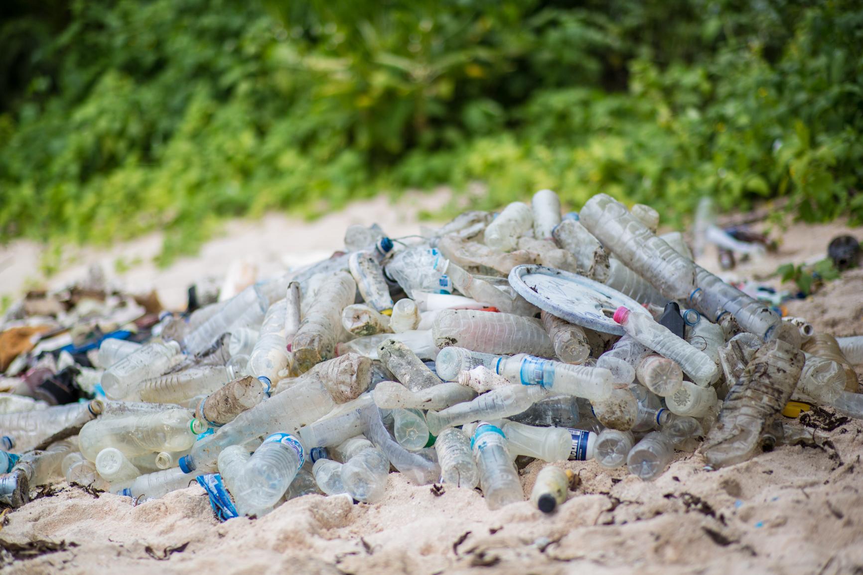 No pequeno paraíso das Ilhas West Fayu, os Schurmann encontram inúmeras garrafas plásticas trazidas pelas correntes marítimas. Foto: Dicvulgação.
