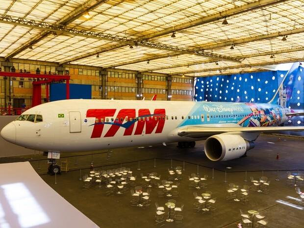 Avião temático da TAM estampa personagens da Disney