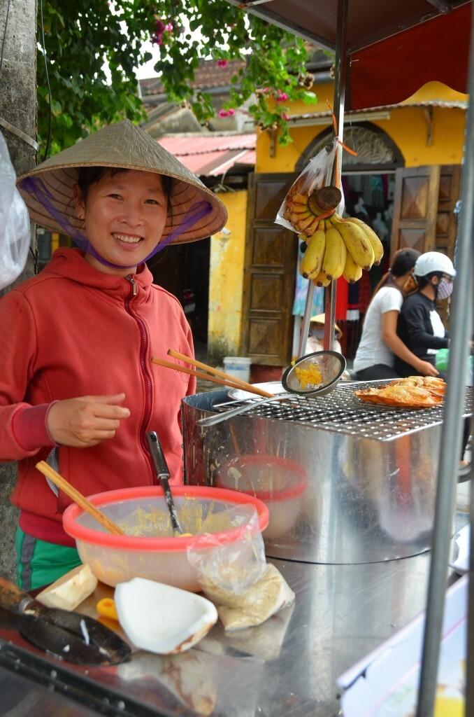 Nossa amiga fritadora de panquecas de banana e coco em Hoi An