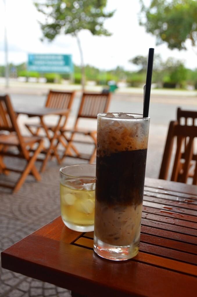 Tomando café gelado na orla do rio Mekong, em Ben Tre. Vietnã